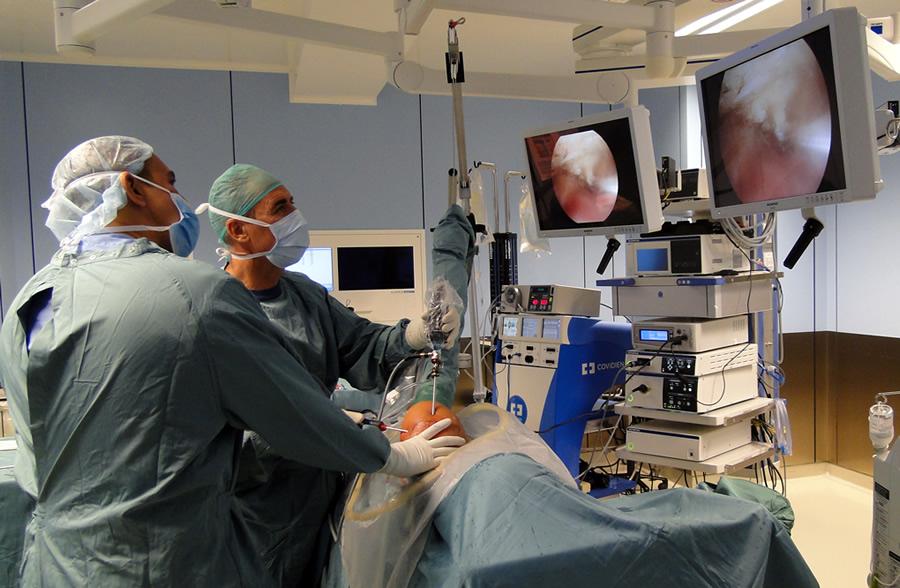 Dr. Boluda realizando una artroscopia de hombro