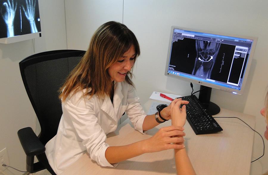 Dra. Pidemunt a la seva consulta amb un pacient